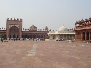 Folytattuk indiai útbejárásunkat. A mai napon Fatehpur Sikri megtekintése szerepelt a programunkban. Ez kis kitérővel Agra és Jairpur közt található. Nem ...