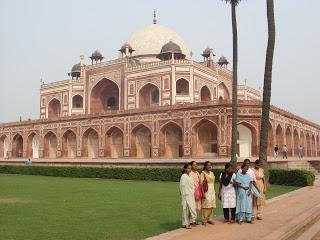 Ma volt a Delhi városnézésünk. Reggel kezdtük a városnézést a Jama Masjid mecsetnél. Ez India legnagyobb mecsetje.Delhi Jama Masjid mecsetTermészetesen itt is t...