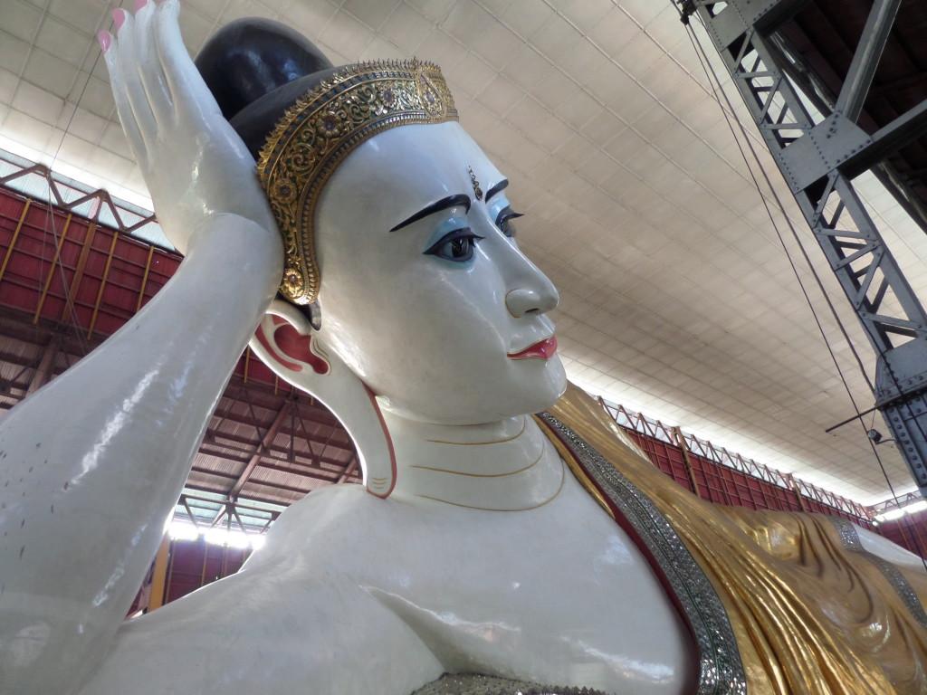 Buddha lakkozott körömmel