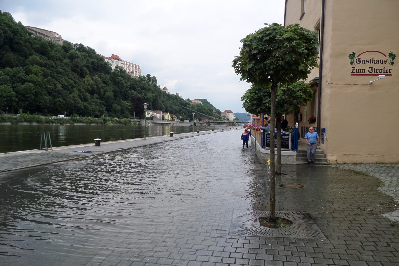 A mai napunkat egy másik bajor kisváros megtekintésével kezdtük. Deggendorf 35 ezer lakosú városka. Degendorf főtereAhogy tegnap Straubingen esetében mondtam, e...