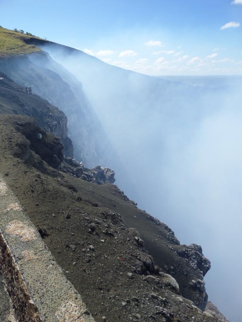 A Masaya vulkán füstölgő kráterénél